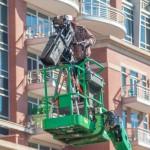 Producent av en film använder sig av en kameraman i en kran